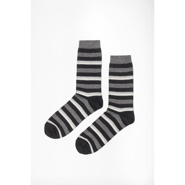 Pilkų spalvų dryžuotos kojinės