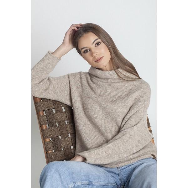 Asimetrinis megztinis stačiu kaklu Arlete, smėlio spalvos