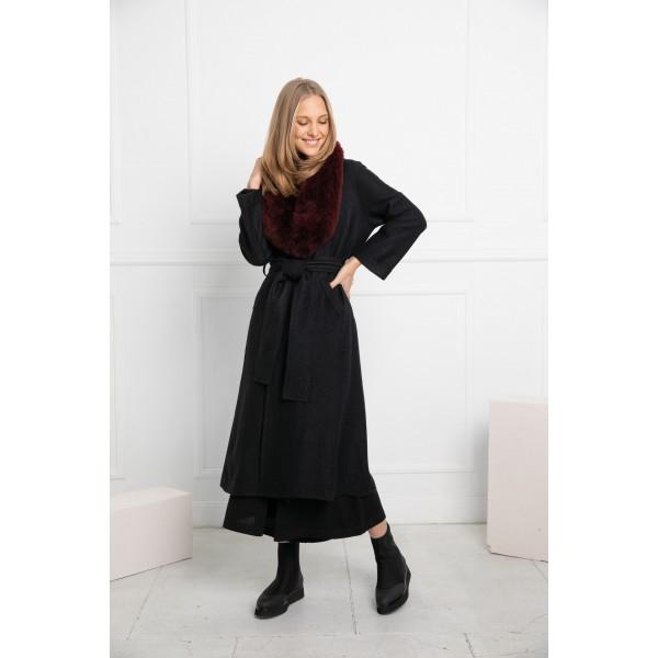 Juodos spalvos elegantiškas paltas Alondra su bordo spalvos kailine alpakos apykakle