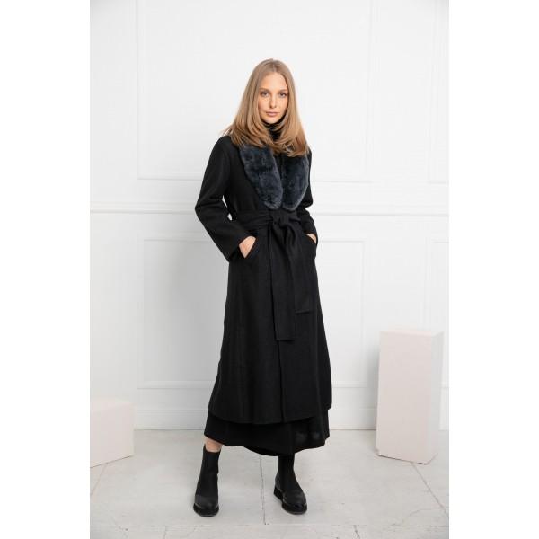 Juodos spalvos elegantiškas paltas Alondra su pilkos spalvos kailine alpakos apykakle