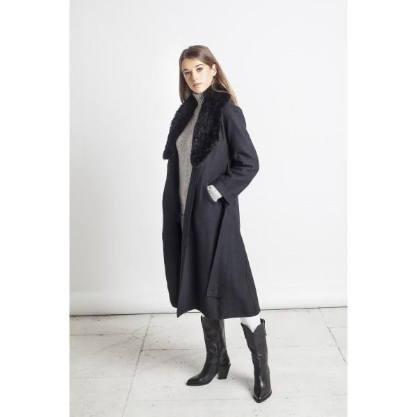 Juodos spalvos elegantiškas paltas Carla su juodos spalvos kailine alpakos apykakle