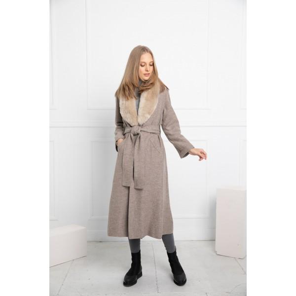 Rusvos spalvos elegantiškas paltas Alondra su smėlio spalvos kailine alpakos apykakle