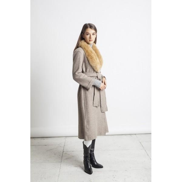 Rusvos spalvos elegantiškas paltas Carla su karamelinės spalvos kailine alpakos apykakle