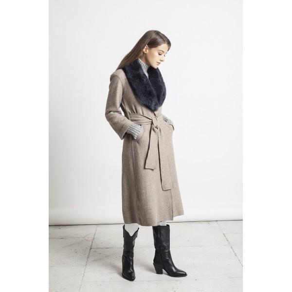 Rusvos spalvos elegantiškas paltas Carla su pilkos spalvos kailine alpakos apykakle